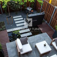 Moderne stadstuin met vijver: moderne Tuin door Van Gelder TUINEN