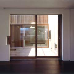 Fenêtres & Portes modernes par ツチヤタケシ建築事務所 Moderne