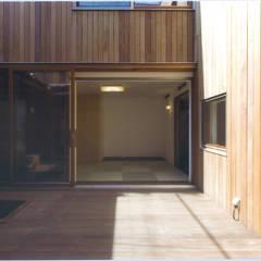 Balcon, Veranda & Terrasse modernes par ツチヤタケシ建築事務所 Moderne