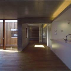 Salon moderne par ツチヤタケシ建築事務所 Moderne