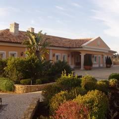 Isolamento Térmico pelo exterior: Casas  por RenoBuild Algarve