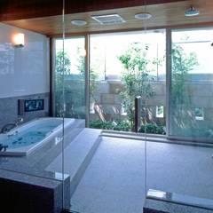 プールコートの家: AMO設計事務所が手掛けた浴室です。