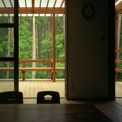 自然体で暮らすvol.2: スタジオ・ベルナが手掛けたテラス・ベランダです。,カントリー 木 木目調