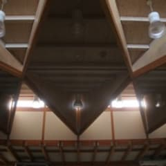 ceiling of playing room: 伊藤邦明都市建築研究所が手掛けたホームジムです。