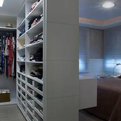 Dormitório e Closet Casal: Closets modernos por Angela Ognibeni Arquitetura e Interiores