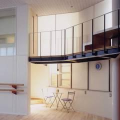 バレエアカデミー: 有限会社加々美明建築設計室が手掛けたホームジムです。,モダン