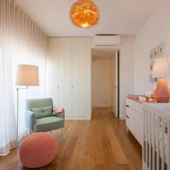 Quarto Bebé: Quartos de criança  por Traço Magenta - Design de Interiores