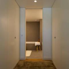 غرفة الملابس تنفيذ Traço Magenta - Design de Interiores