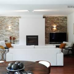غرفة المعيشة تنفيذ ARQAMA - Arquitetura e Design Lda