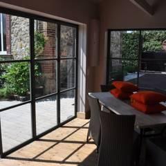 transformation d'un vieux garage en cuisine d'été: Garage / Hangar de style de style Moderne par Taffin
