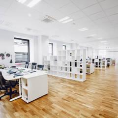 Wnętrza biurowe 'Futuro Finance'  - open space: styl , w kategorii Biurowce zaprojektowany przez DOKTOR ARCHITEKCI