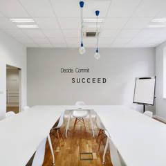 Wnętrza biurowe 'Futuro Finance'  - pokój szkoleń + motywator: styl , w kategorii Biurowce zaprojektowany przez DOKTOR ARCHITEKCI