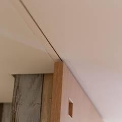 10*10_Haus: 有限会社 法澤建築デザイン事務所が手掛けた窓です。,ラスティック