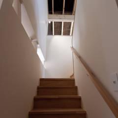10*10_Haus: 有限会社 法澤建築デザイン事務所が手掛けた廊下 & 玄関です。