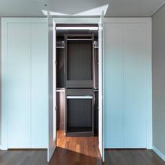'갤러리하우스' 내가살고싶은집: 디자인사무실의  드레스 룸,모던 MDF