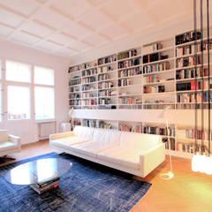 Modernisierung und Umbau einer Gründerzeit-Wohnung in Berlin Charlottenburg:  Multimedia-Raum von WAF Architekten