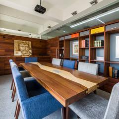 OFICINAS O&H: Salas multimedia de estilo industrial por Barra de Arquitectura Mexicana