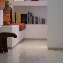 1: Pasillos y vestíbulos de estilo  por RRA Arquitectura