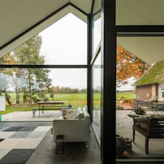 Woonhuis Laren:  Woonkamer door Maas Architecten
