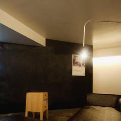 隠れ家リトリート: 大塚聡アトリエ・一級建築士事務所が手掛けた壁です。