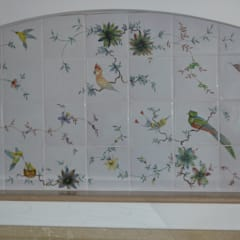 Moustiers, fresque murale décor exclusif des perroquets: Cuisine de style de style Méditerranéen par LALLIER-MOUSTIERS(FAIENCERIE DES TROIS L SARL)