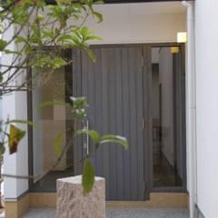 Pasillos, vestíbulos y escaleras de estilo moderno de 一級建築士事務所 Eee works Moderno