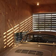 Garajes y galpones de estilo moderno de 一級建築士事務所 Eee works Moderno
