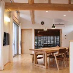 Salas de estilo moderno de 一級建築士事務所 Eee works Moderno