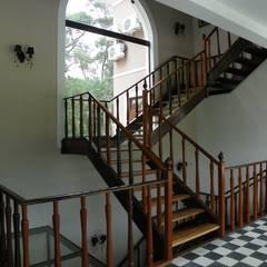 Residência Umbará Corredores, halls e escadas coloniais por BUZZI & SILVA ARQUITETOS ASSOCIADOS Colonial Madeira Efeito de madeira