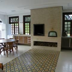 Residência Umbará: Salas de jantar coloniais por BUZZI & SILVA ARQUITETOS ASSOCIADOS