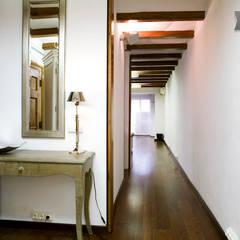 Apartamento turístico en el centro de Barcelona:  Corridor & hallway by Upper Design by Fernandez Architecture Firm,Colonial