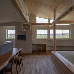 庭を楽しみながら暮らす家: アトリエグローカル一級建築士事務所が手掛けたダイニングです。