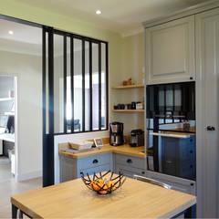 آشپزخانه توسطUN AMOUR DE MAISON, مدرن