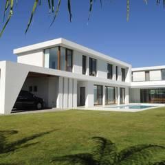 CASA EN GOLF CLUB NORDELTA, BUENOS AIRES, ARGENTINA: Estancias de estilo  por Ramirez Arquitectura,Minimalista Vidrio