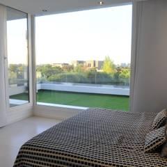 Master bedroom: Dormitorios de estilo  por Ramirez Arquitectura
