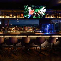 カウンター席: design work 五感+が手掛けたバー & クラブです。
