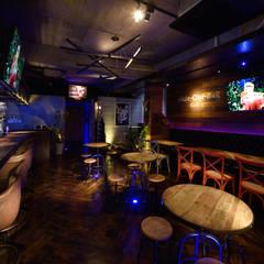 ベンチシート席: design work 五感+が手掛けたバー & クラブです。