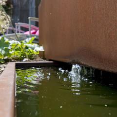 Natuurlijke kleine tuin Sleeuwijk: eclectische Tuin door De Rooy Hoveniers