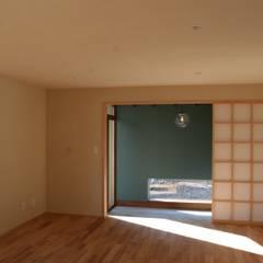 大きな出窓の家: オノ・デザイン建築設計事務所が手掛けた廊下 & 玄関です。