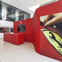 Ferrari: Concesionarios de automóviles de estilo  por minima arquitectos,