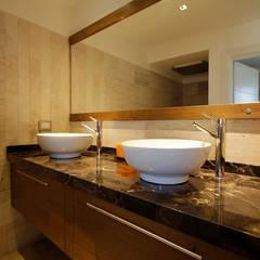 Casa MaLi: Baños de estilo moderno por MiD Arquitectura