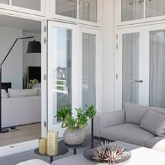 Appartement aan Zee :  Terras door Grego Design Studio, Modern