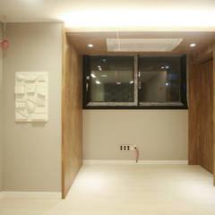 네 가족이 사는 심플모던스타일의 집_48py: 홍예디자인의  서재 & 사무실
