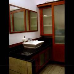 Traditional Interior design:  Bathroom by Creative Curve