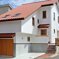 敷地の段差解消 x コンパクト都市型住宅 = スキップフロアの家: 株式会社 ヨゴホームズが手掛けた家です。,北欧