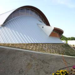 第64回全国植樹祭お野立所: 杵村建築設計事務所が手掛けたスタジアムです。,モダン