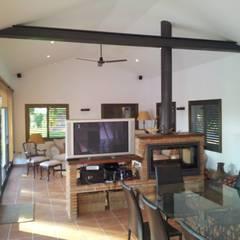 Casa de piscina - La Sierrezuela: Salones de estilo  de gsformato