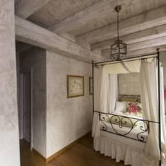 Intonaco per camera da letto: Camera da letto in stile  di Tre Mani Design