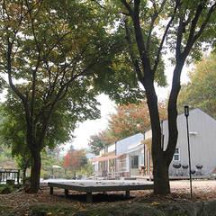 나무사이에 게스트 하우스 : 나무사이에 의  상업 공간,북유럽