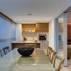 Apartamento Bairro Vila da Serra - Nova Lima: Terraços  por Lage Caporali Arquitetas Associadas